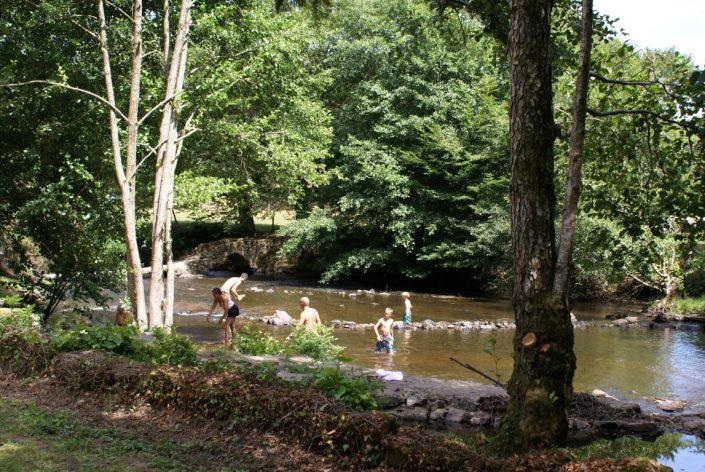 Baden en dijken bouwen in de rivier