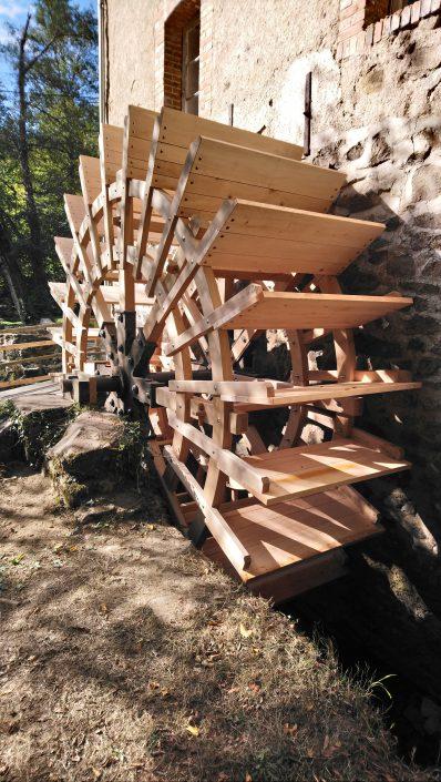 Het nieuwe rad van de watermolen van Piot