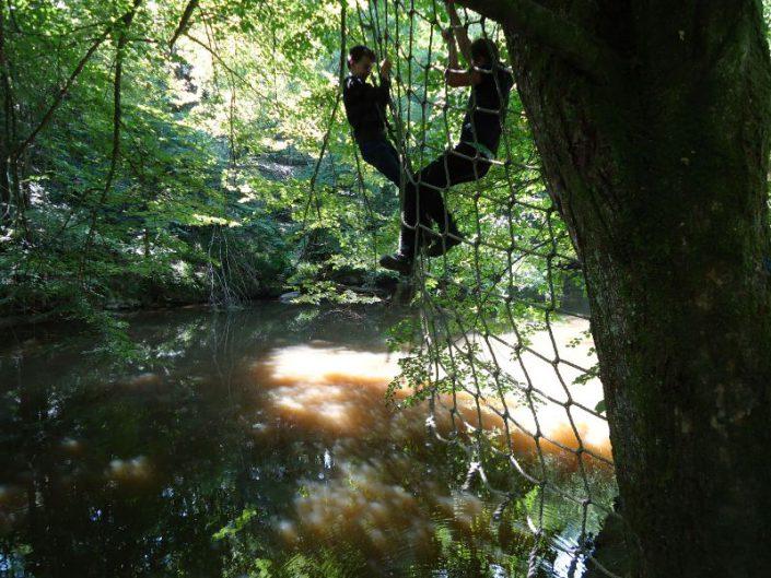 Jeux de corde au dessus de la rivière